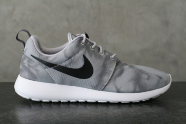Nike Roshe Courir Impression Gris Loup Marbre / Noir Foncé Fondu Gris-blanc