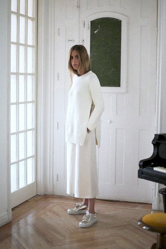 le fashion blogger minimalist slit white sweater silver shoes