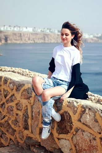lilissss blogger ripped jeans white t-shirt