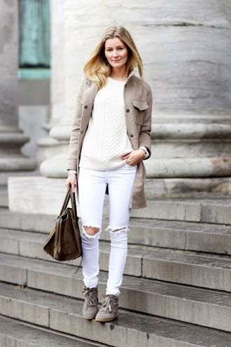 coat white and beige outfit white and beige beige coat sweater white sweater jeans white jeans white ripped jeans ripped jeans shoes bag winter outfits winter look white top white boyfriend jeans beige sneakers brown bag blogger