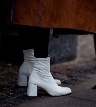 shoes tumblr boots ankle boots thick heel boots thick heel white boots mid heel boots tights opaque tights fashion week 2017 streetstyle