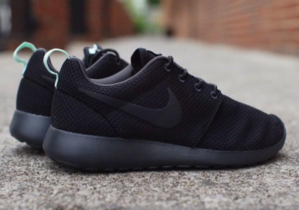 Nike Wmns Roshe Run - Black / Arctic Green