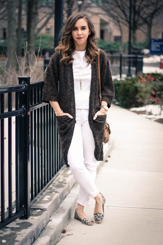 oh va darling blogger knitted cardigan white t-shirt white pants peep toe flats top cardigan shoes bag