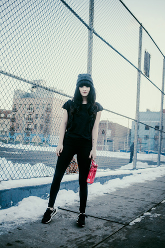 jag lever blogger black leggings black sneakers black t-shirt