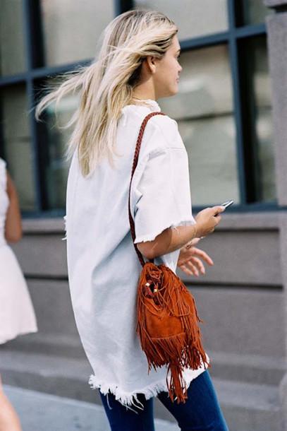suede bag mini bag vanessa jackman blogger white blouse summer blouse spring outfits orange bag fringed bag shoulder bag frayed denim le fashion image top bag jeans frayed top white top