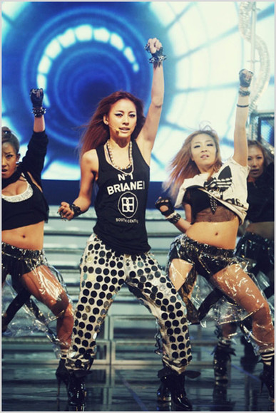 korea girl rihanna black jeans denim lee hyori fashion style korean K-pop hot woman loose pants loose high heels black high heels hyori sleeveless mnet adidas Brianel diva