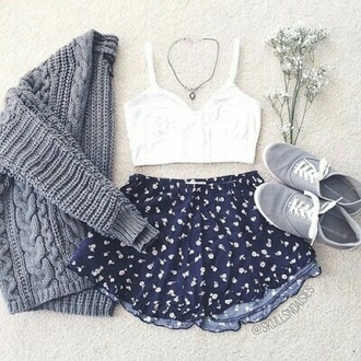 shorts blue blue shorts flowers pattern printed shorts daisies shorts pastel cute outfit top crop tops white top necklace jewelery jacket grunge pale weheartit tumblr