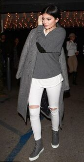 jeans,sweater,fall outfits,grey,coat,kylie jenner,cashmere jumper,grey sweater,celebrity,celebrity style,white jeans,ripped jeans,sweatshirt,grey coat,long coat,sneakers,grey sneakers