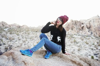 blogger a fashion nerd jeans sneakers cardigan glasses hipster
