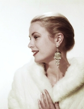 jewels,grace kelly,statement earrings,earrings,hairstyles,fur coat,white coat,coat,retro