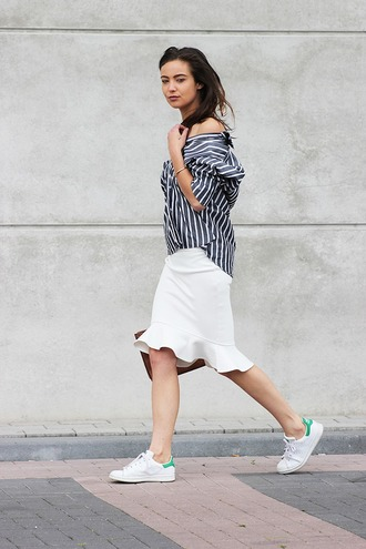 mode d'amour blogger striped shirt white skirt stan smith casual