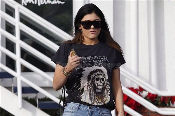 t-shirt kylie jenner sunglasses