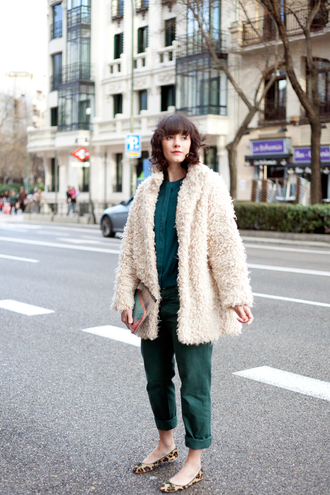che cosa blogger shirt forest green cropped pants fuzzy coat coat pants beige fluffy coat green pants green shirt fall outfits white fluffy coat teddy bear coat