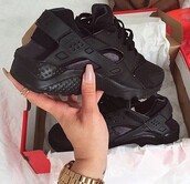 shoes,black,nike,triple black,huarache,nike air huaraches,trainers,nike running shoes,black shoes,winter outfits,fashion,fashion coolture,grunge,style,girl,girly