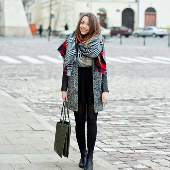 white t-shirt blogger kolorowa dusza scarf tote bag grey coat