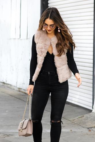 jacket tumblr beige fur vest faux fur vest fur vest jeans denim black jeans black ripped jeans ripped jeans bag nude bag chain bag top black top earrings jewels jewelry sunglasses mirrored sunglasses fall outfits