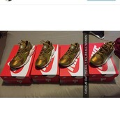 shoes,huarache,gold sneakers,low top sneakers,nike,gold