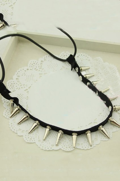Punk style high shine spikes detail necklace