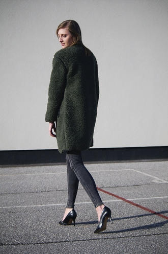 katiquette blogger fuzzy coat forest green skinny jeans grey jeans black heels
