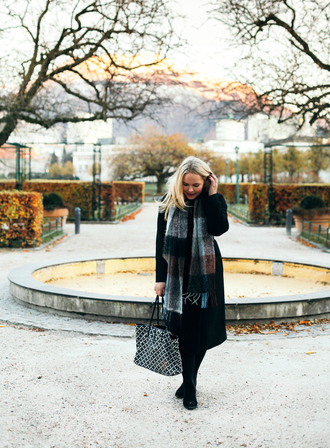 cathinthecity blogger coat scarf bag shoes tote bag black coat fall outfits cold weather outfit winter outfits winter coat long coat printed bag winter scarf