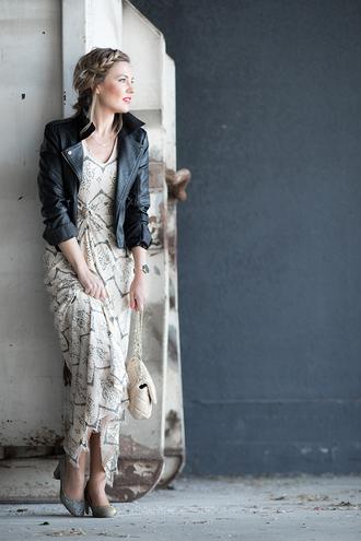 mi aventura con la moda blogger dress t-shirt jewels bag shoes black leather jacket pumps maxi dress spring outfits spring