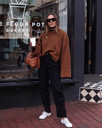 sweater brown knit knitted sweater knitwear oversized sweater black jeans jeans white sneakers sneakers
