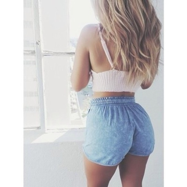 shorts jeans hot pants crop tops stripes white bleu summer outfits blonde hair tank top shirt denim high waisted High waisted shorts elastic waist top pants High waisted shorts Jessica Burciaga délaver denim shorts denim dolphin shorts cute girly style