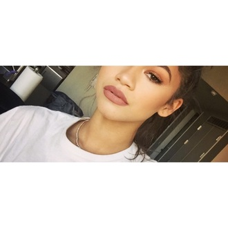 make-up zendaya lip liner bun