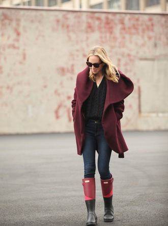 brooklyn blonde blogger coat jeans cable knit wellies burgundy winter outfits shoes sweater black cable knit sweater burgundy coat black sweater denim blue jeans boots winter look hooded winter coat