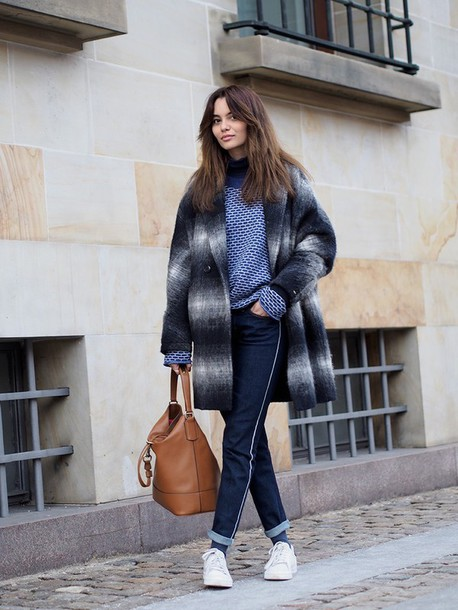 by funda blogger blue sweater winter coat brown leather bag