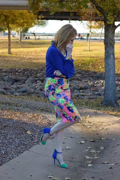 fashion flirtation blogger floral skirt blue shirt sandals