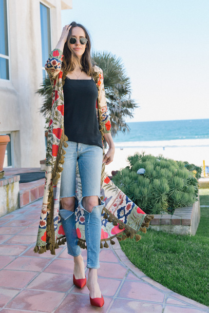 louise roe blogger tank top jeans shoes sunglasses red heels long cardigan spring outfits
