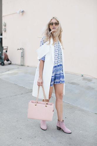 modern ensemble blogger blue and white printed dress sleeveless coat white coat light coat pink bag pink shoes mini dress spring outfits
