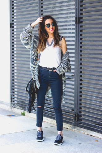 shoes and basics blogger cardigan skinny jeans fringed bag aviator sunglasses white top black sneakers