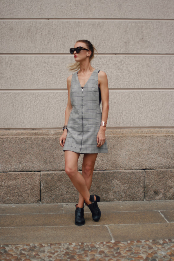 queen of jet lags top shoes sunglasses jewels dress
