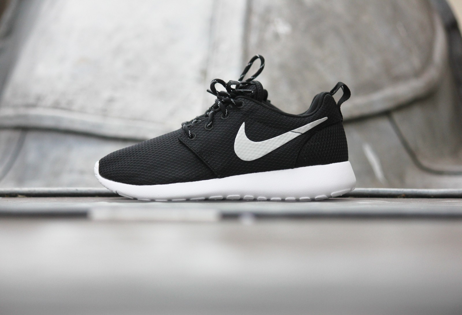 nike roshe run black metallic white