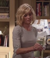 top,stripes,black and white,claire dunphy,modern family,julie bowen