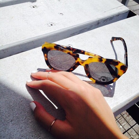 sunglasses retro sunglasses modern sunglasses chic everything comes back fashionista sunglasses ruble fashionista tum glasses leopard leopard print glasses leopard print sunglasses white nail polish nail polish white bag