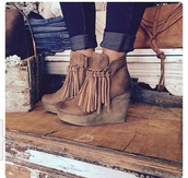shoes,fringe shoes,booties,boots,tan,fringes,70s style,heels,platform shoes,brown leather boots,brown booties,ankle boots,boho,brown,fall outfits,wedges,bag,fall booties