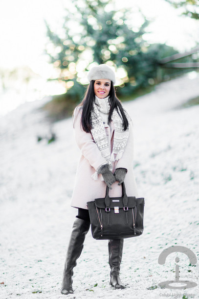 crimenes de la moda blogger scarf fur hat pink coat handbag coat hat sweater bag shoes