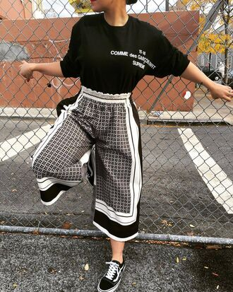 pants clothes culottes pattern monochrome geometric vans elastic waist band patterned culottes black white lines girl t-shirt print cropped pants cropped trousers