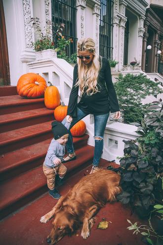 barefoot blonde blogger dress shoes top make-up jeans hat