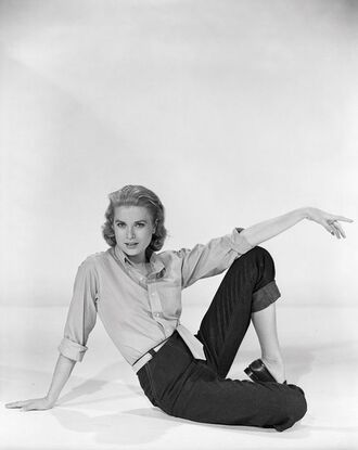 shirt jeans mom jeans flats black shoes shoes hairstyles grace kelly actress retro