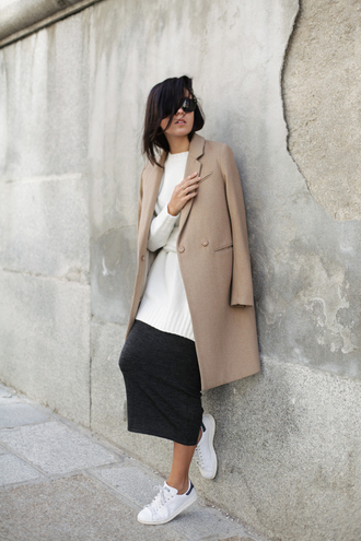 lucitisima blogger beige sneakers le fashion skirt shoes coat sweater sunglasses knitted skirt black skirt midi skirt white sweater oversized sweater camel coat black sunglasses adidas stan smith adidas shoes low top sneakers white sneakers beige coat