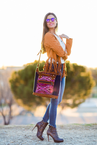 crimenes de la moda blogger brown leather boots crossbody bag mirrored sunglasses skinny jeans fringed jacket suede jacket boho jacket boho boho chic white top denim jeans blue jeans sunglasses high heels boots