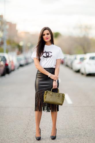 crimenes de la moda blogger white t-shirt leather skirt handbag
