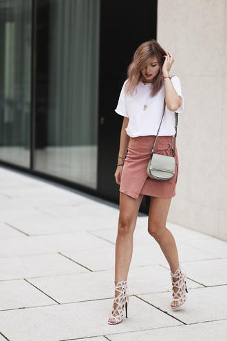 bekleidet blogger t-shirt skirt shoes bag pink suede skirt suede skirt pink skirt mini skirt white t-shirt sandals nude sandals shoulder bag grey bag