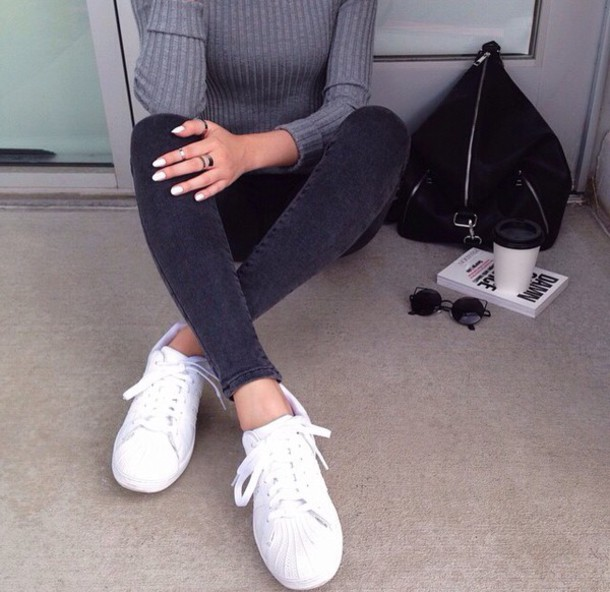 top grey t-shirt long sleeves fall outfits fall outfits jeans black jeans topshop modern instagram sneakers pullover shoes adidas shoes sweater pants