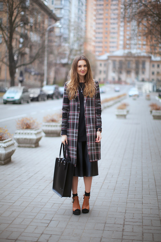 fashion agony blogger tartan winter outfits peep toe tote bag black skirt