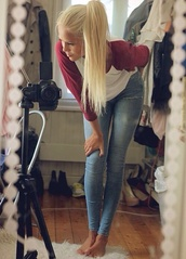 shirt,jeans,t-shirt,clothes,light,light geans,light jeans,blonde hair,long hair,aweosme,baseball tee,top,burgundy,cute shirt,fashion